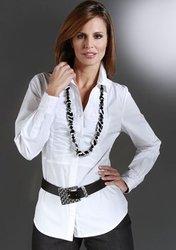 Белая рубашка - один из основных must have женского гардероба.